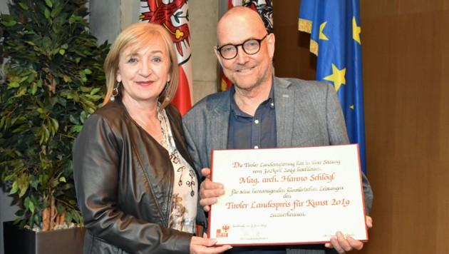 Kulturlandesrätin Beate Palfrader und Hanno Schlögl anlässlich der Verleihung des Tiroler Landespreises für Kunst 2019 im Juni des Vorjahres. (Bild: Land Tirol/Huldschiner)