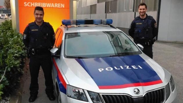 Zwei Polizisten haben den Brief persönlich zugestellt.