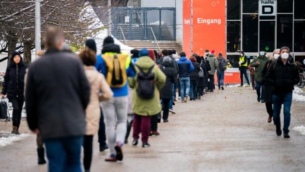 Lange Warteschlange vor der Teststation in der Stadthalle Wien (Bild: APA/Georg Hochmuth)