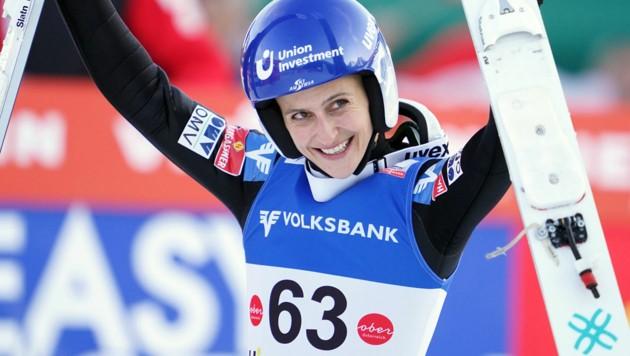 Eva Pinkelnig durfte in Innsbruck über den Staatsmeistertitel auf der Großschanze jubeln. (Bild: APA/GEORG HOCHMUTH)