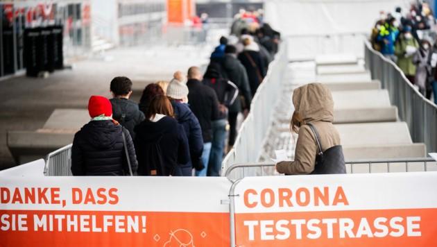 Lange Schlangen vor der Corona-Teststraße in der Stadthalle Wien (Bild: APA/GEORG HOCHMUTH)