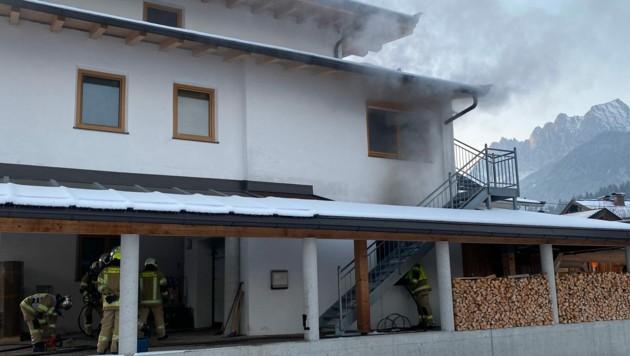 Der Rauch trat bereits aus dem Wohnbereich aus.