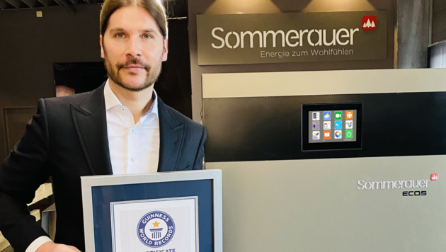 Firmenchef Thilo Sommerauer mit der Urkunde, die den Weltrekord des Biomasseheizkessels ECOS bestätigt, der im April erzielt wurde.