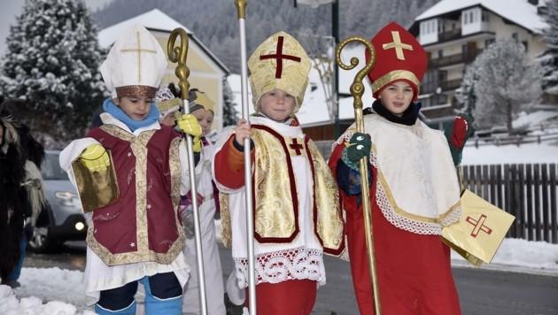 Die Kinder vom Kindergarten St. Michael zogen auch heuer als Krampus, Engel und Nikolaus verkleidet durch den Ort. (Bild: Holitzky Roland)