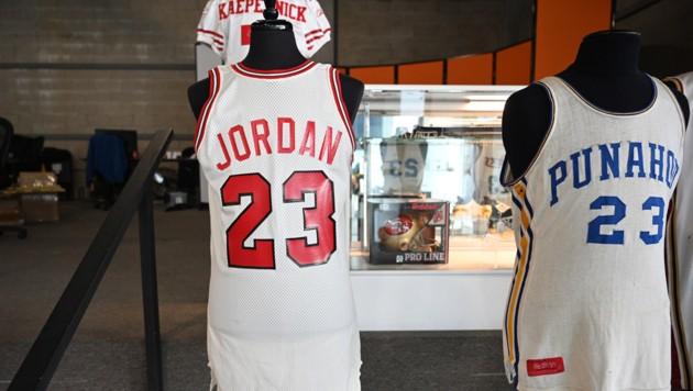 Das Trikot der Basketball-Legende Michael Jordan (li.) und das Jersey von Ex-US-Präsident Barack Obama.