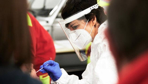 SPÖ-Chefin Pamela Rendi-Wagner bei ihrer ehrenamtlichen Arbeit als Ärztin bei Corona-Tests (Bild: APA/SPÖ/David Visnjic)