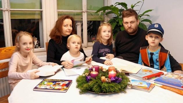 Die Grazer Familie Sadrawetz pflegt ihren christlichen Glauben in den eigenen vier Wänden. (Bild: Christian Jauschowetz)