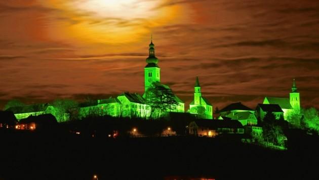 Im Advent wird der Ortskern von Straden grün beleuchtet (Bild: Sepp Pail)