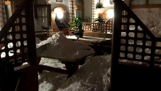 Die Lawine beförderte Schneemassen bis in Häuser.