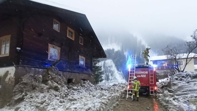 Auch in Hopfgarten im Defereggental wurden mehrere Häuser von einer Lawine erfasst. (Bild: Brunner Images)