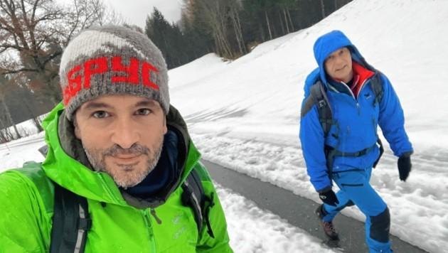 """""""Krone""""-Redakteur Hannes Wallner bei der Adventwanderung mit Seelsorger Roland Stadler (rechts)."""