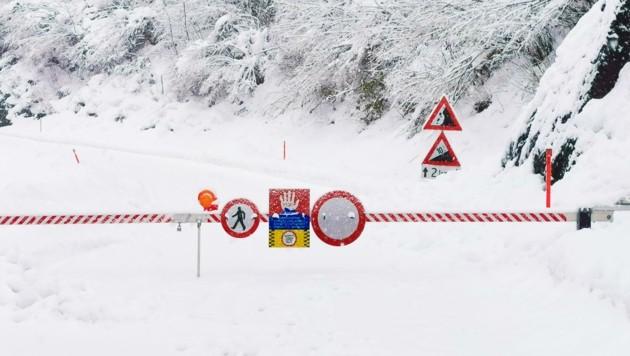Straßen sind wegen Lawinengefahr gesperrt. (Bild: Brunner Images | Philipp Brunner)