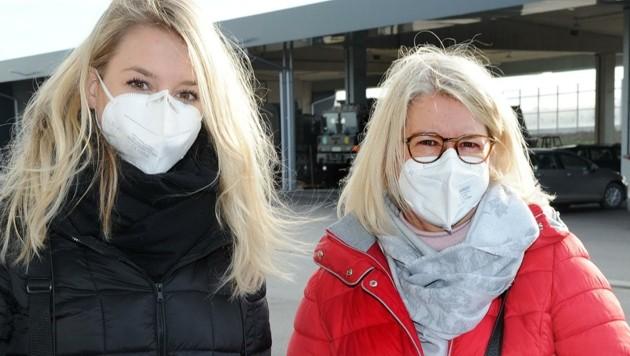 Die beiden Lehrerinnen Judith und Mutter Caroline Zichtl ließen sich vor der Rückkehr in die Klassenzimmer bei einer der insgesamt 29 Teststationen des Bundesheeres untersuchen. (Bild: Crepaz Franz)