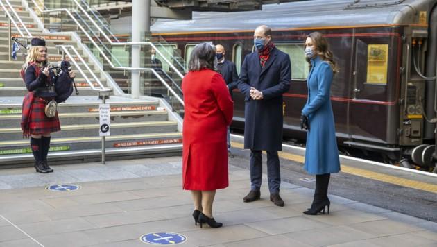 Prinz William und Herzogin Kate wurden am Bahnhof von Edinburgh von einem Dudelsackspieler musikalisch in Empfang genommen.
