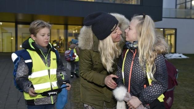 Mama Lenka begleitet ihre Kinder in die Volksschule Tamsweg. (Bild: Holitzky Roland)
