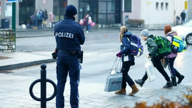 Beamte in Radstadt achten darauf, dass Kinder sicher in die Mittelschule kommen. (Bild: Gerhard Schiel)