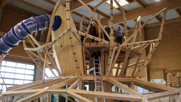 """Begutachtung der neuen Installation """"Seerose"""" der Firma Almholz. (Bild: Tourismus Podersdorf am See)"""