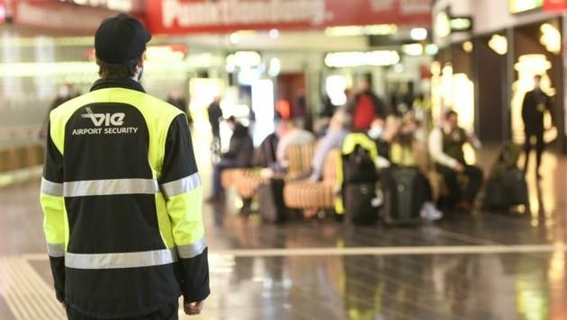 Der aufmerksame Airport-Beamte Alexander P. (33) erkannte die Frau und alarmierte die Polizei.