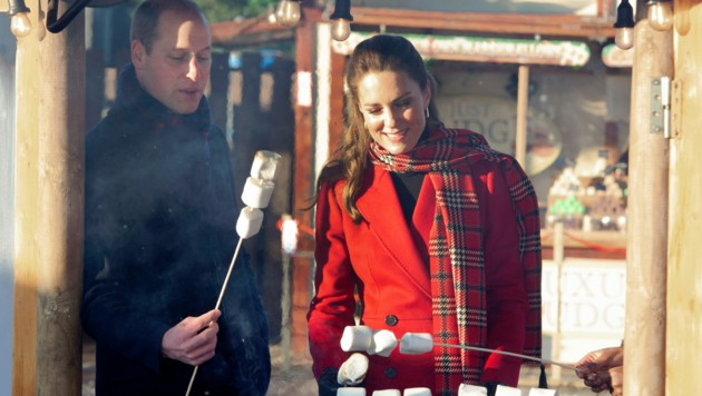 Herzogin Kate und Prinz William grillten Marshmallows über dem Feuer. (Bild: AFP)