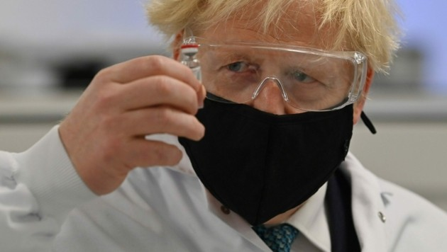 Premierminister Boris Johnson mit einer Dosis des von AstraZeneca und der Oxford University entwickelten Impfstoffes. Er zeigt sich besorgt über die neue Virus-Variante aus Brasilien. (Bild: AFP)