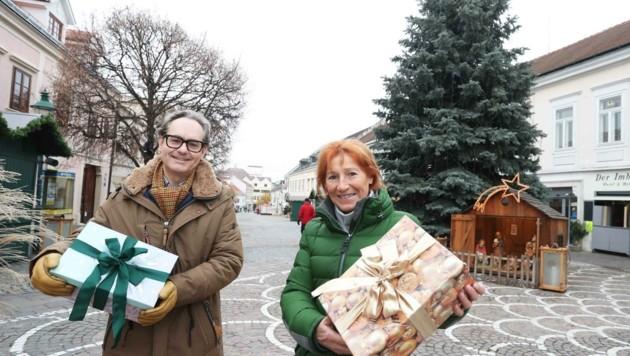 Christa Prets und Dominik Orieschnik vom Verein Burgenland hilft waren bereits als Vorboten des Christkindes unterwegs. (Bild: Judt Reinhard)
