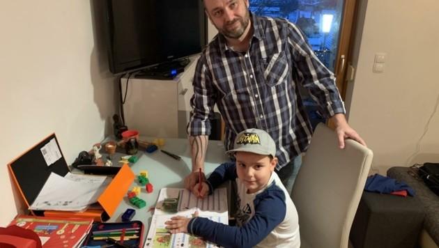 Papa Erich hilft Samuel (6) bei den Hausaufgaben. (Bild: Schulter Christian)