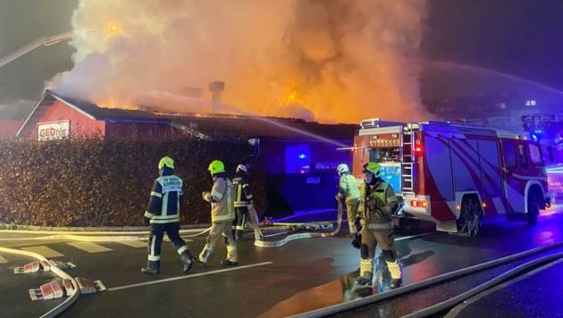 130 Mann der Feuerwehren Wörgl und Umgebung standen die ganze Nacht im Einsatz. Die Löscharbeiten dauerten bis Mittag an. (Bild: ZOOM.TIROL)