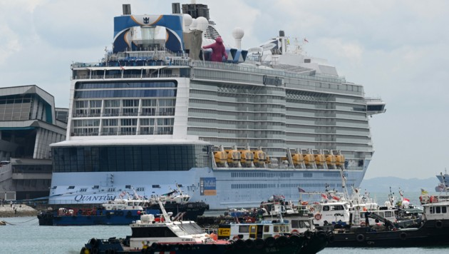 """Die """"Quantum of the Seas"""" am 9. Dezember 2020 in der Marina Bay vor Singapur. (Bild: Roslan RAHMAN / AFP)"""