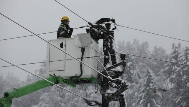 Die Reparaturarbeiten, wie hier in Gleinstätten, laufen auf Hochtouren (Bild: Energie Steiermark)