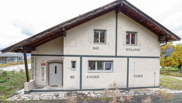 """Die vom Innsbrucker Design-Kollektiv """"Dear Udo"""" künstlerisch bearbeitete Fassade des Abrisshauses. (Bild: DEARUDO)"""