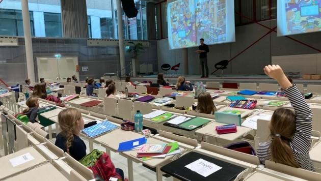 Ein seltenes Bild: 125 Volksschüler erhalten bis Weihnachten im Hörsaal der Lehramts-Studis Unterricht.