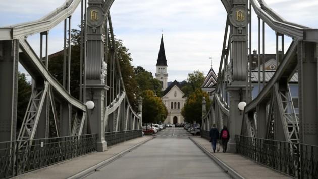 In Oberndorf bei Salzburg ist die Salzachbrücke de facto dicht, aber niemand kontrolliert. (Bild: Tröster Andreas)