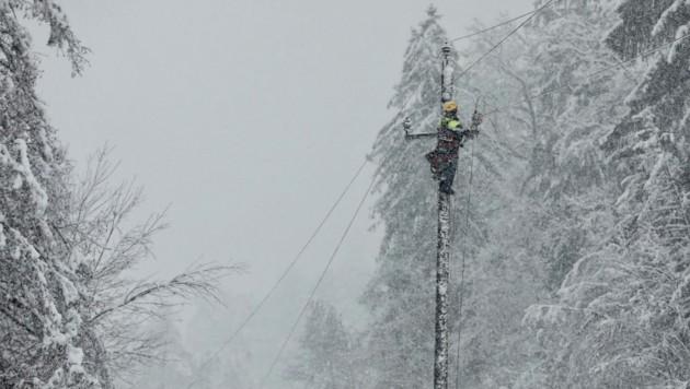 Während Monteure noch für Strom in den Haushalten sorgten, ging in Obertilliach eine Lawine ab (Bild: Energie Steiermark)