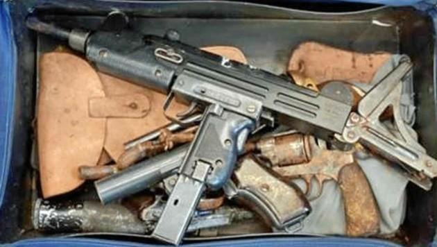 Maschinengewehre, Pistolen, Weltkriegsutensilien: Die Spur eines Tresors führte zu drei Festnahmen.