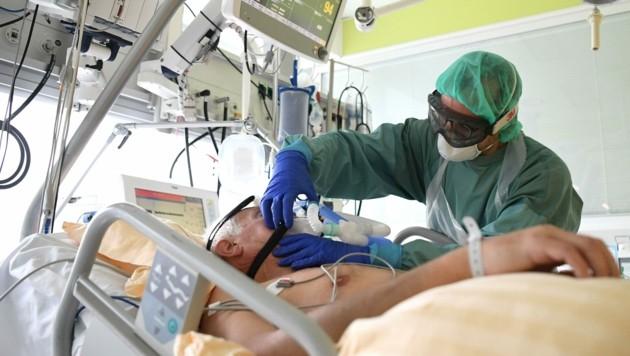 Laut Prognose könnten Mitte September über 200 Personen mit Covid-19 auf Intensivstationen behandelt werden. (Bild: APA/HELMUT FOHRINGER)