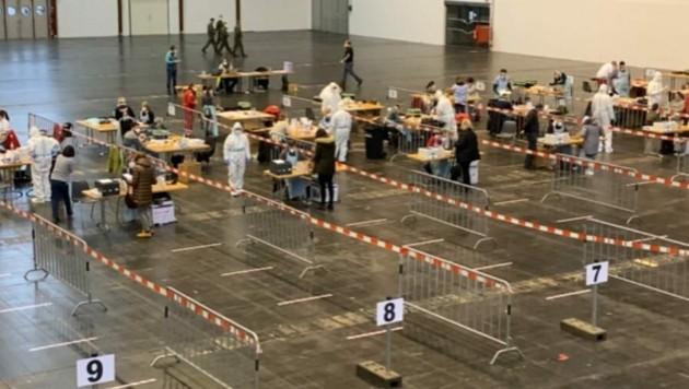In Klagenfurt werden die Tests in der Messehalle angeboten . (Bild: Clara Milena Steiner)