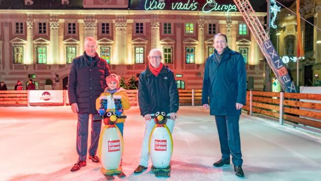 v.l.n.r.: Reinhold Gütebier (Hauptsponsor und KIKA &Leiner Geschäftsführer), Lukas Lusetzky (Redaktionsleiter Krone NÖ) und Bürgermeister Matthias Stadler verfolgen den Aufbau der Eisfläche. (Bild: Josef Bollwein)