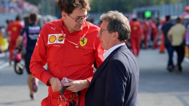 C. Camilleri (re.), hier auf einem Bild vom September 2019, im Gespräch mit Ferrari-F1-Teamchef Mattia Binotto in Monza (Bild: APA/AFP/Andrej ISAKOVIC)