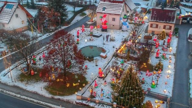 Blick von oben auf das rund 2500 Quadratmeter große Winterwunderland, das sich über zwei Gärten erstreckt (Bild: Erich Fuchs)