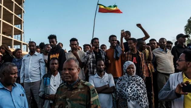 In den Straßen der äthiopischen Hauptstadt Addis Abeba feiern Anhänger der Zentralregierung den Vormarsch der Armee. (Bild: AFP)