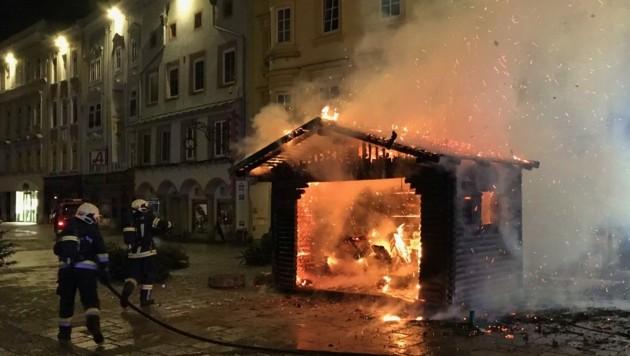 Der weihnachtliche Holzbau auf dem Welser Stadtplatz war am vergangenen Sonntag ausgebrannt. (Bild: FF Wels)