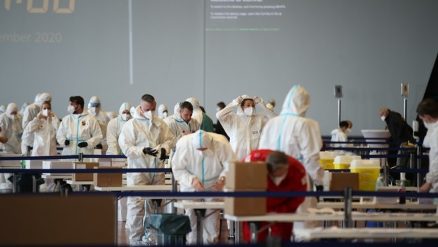 Am Flughafen waren am Freitag neun Spuren aufgebaut (Bild: Tröster Andreas)