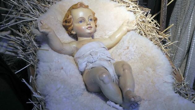 Jesuskind in einer Holzkrippe in Ulm