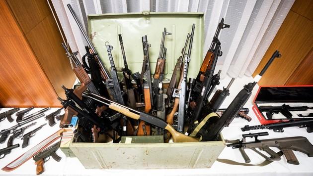 Das Waffenarsenal der Verdächtigen: Uzis, Sturmgewehre, weitere Waffen mit rund 100.000 Schuss Munition - auch Sprengstoff wurden Mitte Dezember sichergestellt. (Bild: APA/Georg Hochmuth)