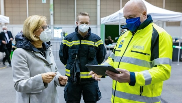 Landeschefin Johanna Mikl-Leitner bei den Tests (Bild: NLK Burchhart)