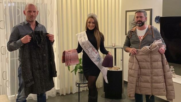 """Reini Happ (li.) und Franko Walder vom Benfizverein """"Reini Happ und Freunde"""" freuten sich über die Spenden von Miss Alpin Lisa Chitana Harasser. (Bild: Miss Alpin)"""