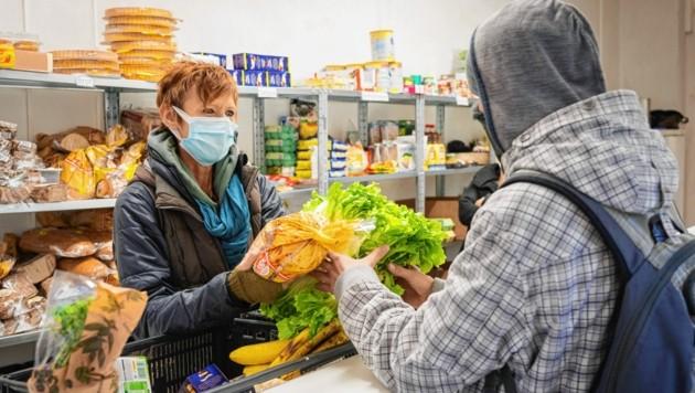 Das Projekt Le+O der Caritas unterstützt, wie hier auf einem Bild aus Dezember 2020, Armutsbetroffene mit Lebensmitteln. (Bild: Caritas Kärnten)