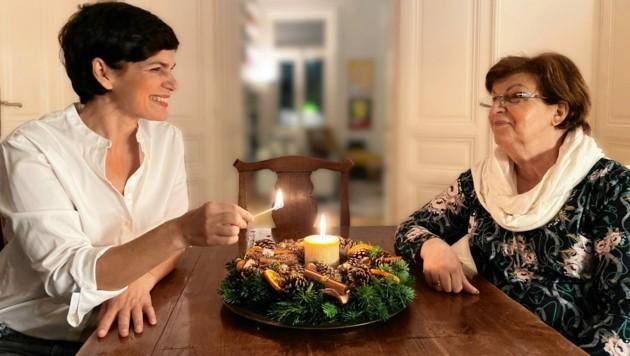 Erster Besuch nach Corona: SPÖ-Chefin Pamela Rendi-Wagner mit ihrer Mutter Christl. Fotografiert hat deren Enkeltochter. (Bild: ZVg)
