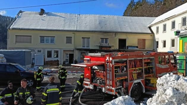 Aus dem Werkstattgebäude schlugen meterhohe Flammen. (Bild: Dorian Wiedergut)