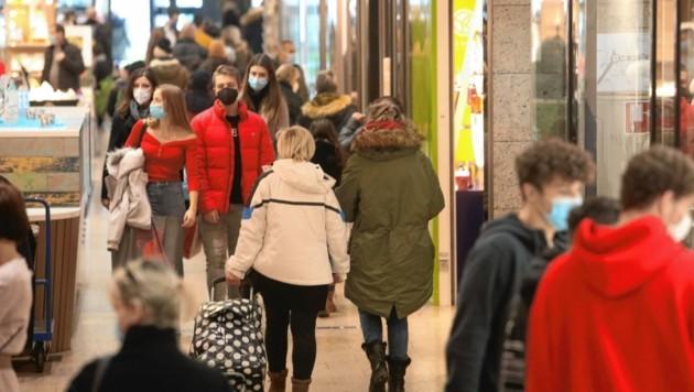 Gut besucht, aber nicht überlaufen: Das war das Bild am ersten Einkaufssamstag nach dem Lockdown. (Bild: Uta Rojsek-Wiedergut)